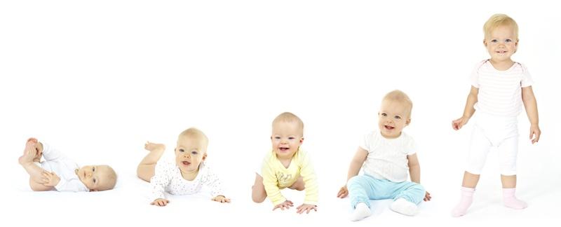 7 monate altes baby auf weisser matratze